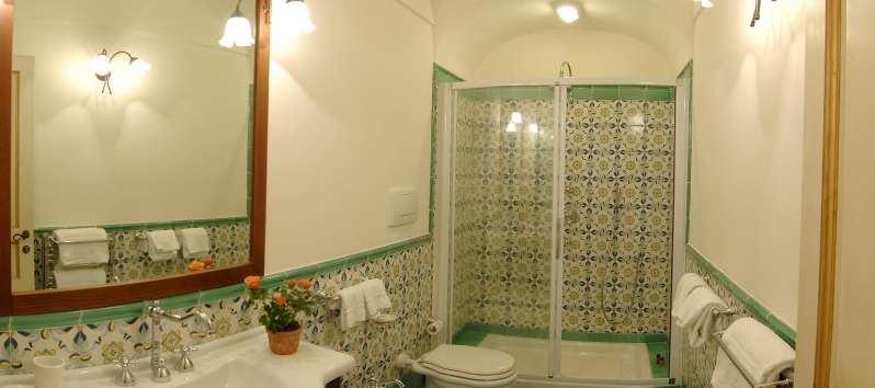 Villa Anouk bathroom with majolica tiles on the walls