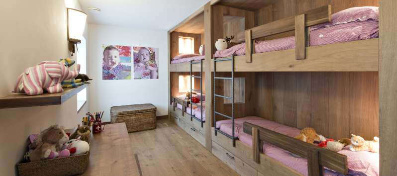 room with two bunk beds in the chalet in Surlej