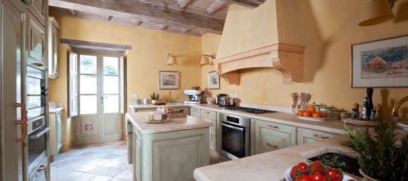 kitchen with oven and hob in the villa in Perugia