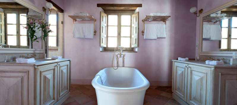 bathroom with tub in the villa of Perugia