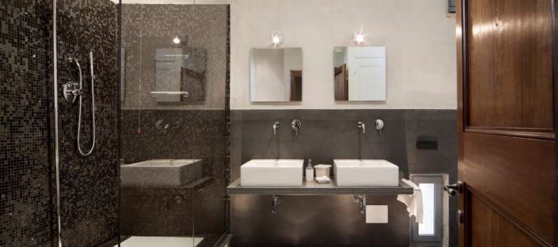bathroom with shower and double sink in the villa of Perugia