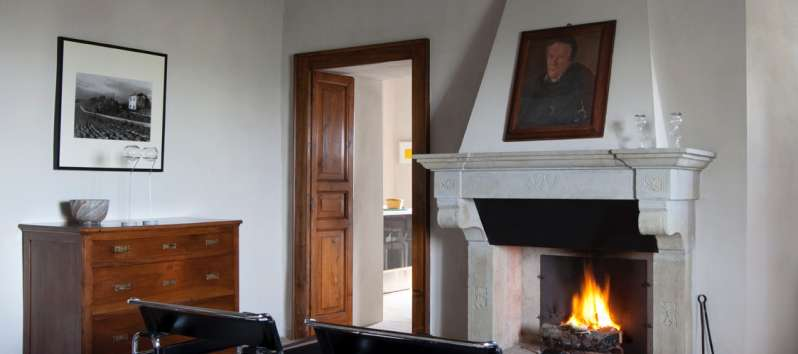 living room with fireplace in the villa of Perugia