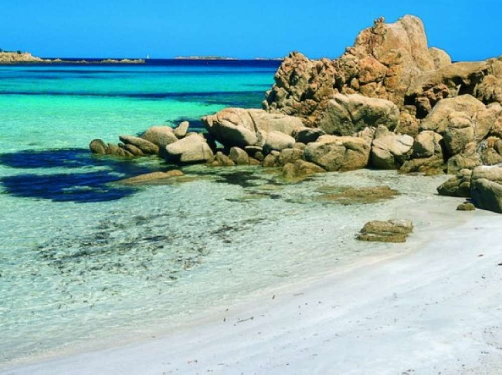Spiaggia del Principe in Emerald Coast: a mosaic of colors