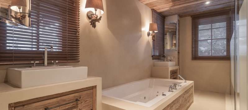 bathroom with bathtub in the chalet in Hahnenkamm