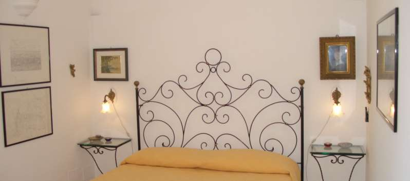 Appartamento Ludovica double room with wrought-iron bed