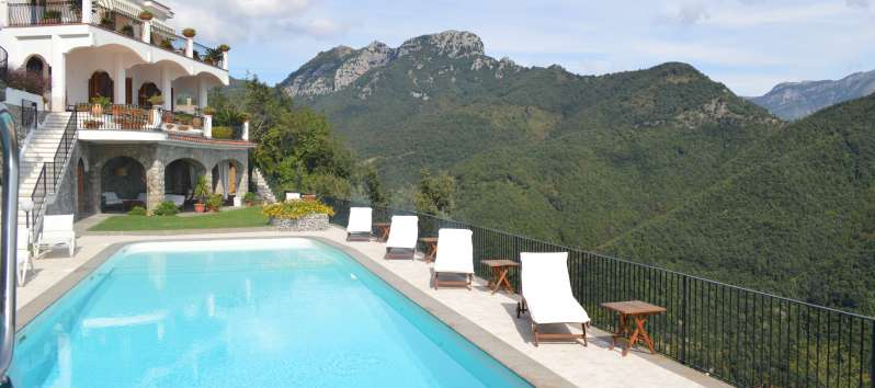 swimming pool with a panoramic view in the villa in Ravello