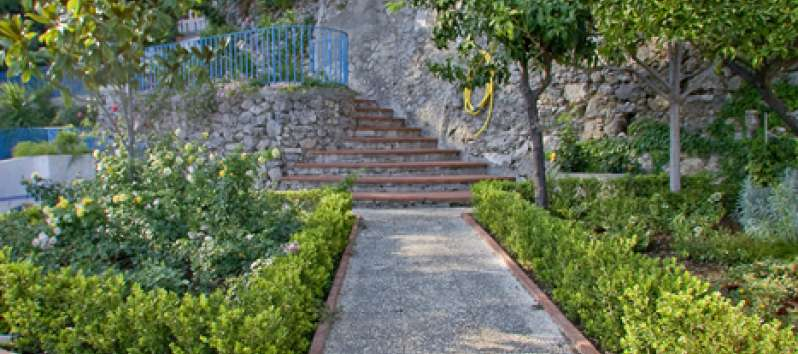 garden with staircase in the villa with pool in Amalfi
