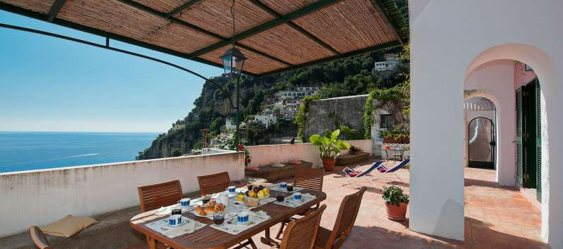 covered terrace with sea view in the villa in Positano