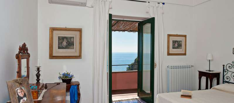 bedroom with balcony and sea view in the villa in Positano