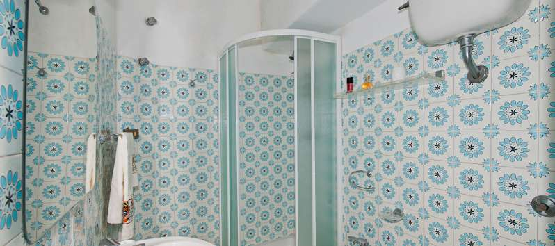 bathroom with shower in the villa in Positano