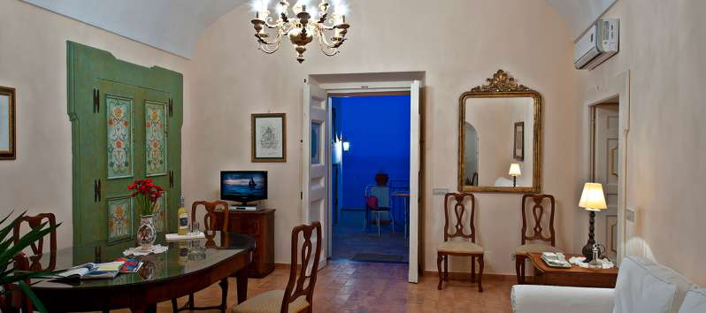 living room with table of the villa in Positano