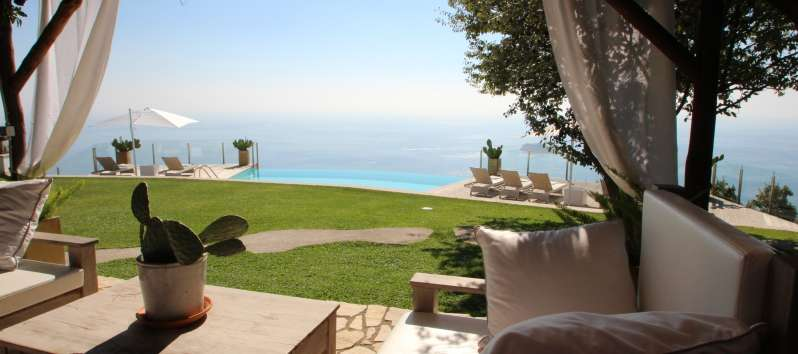 garden with sea view in the villa with pool Sorrento