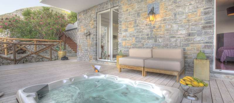 jacuzzi in the villa with pool in Sorrento