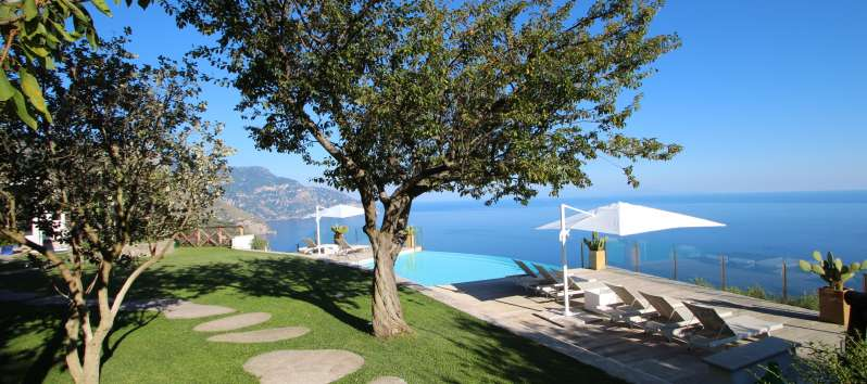 garden with swimming pool and sea view in the villa in Sorrento