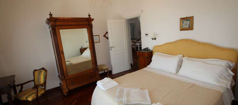 double bedroom with mirror in the villa with pool in Sorrento