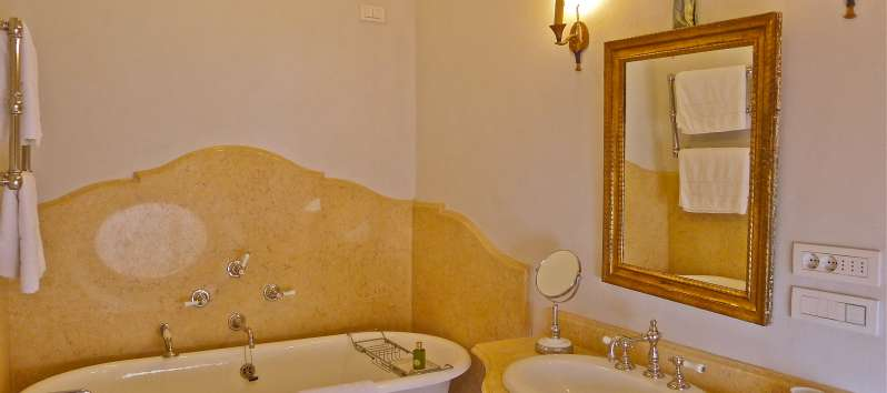 bathroom with bathtub in the villa in Blevio