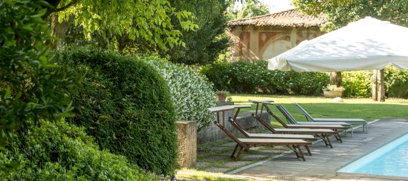 garden with deckchairs in the villa in Bornato Franciacorta
