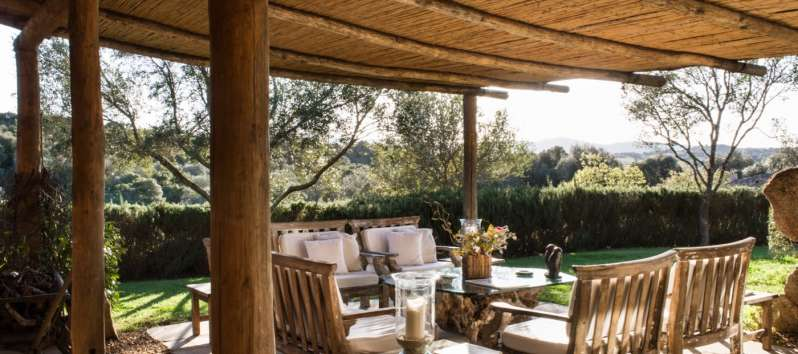 garden with gazebo and sitting area in the villa in Sardinia