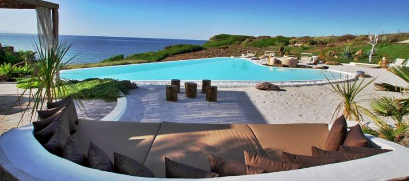 swimming pool with sea view in the villa in Castelsardo