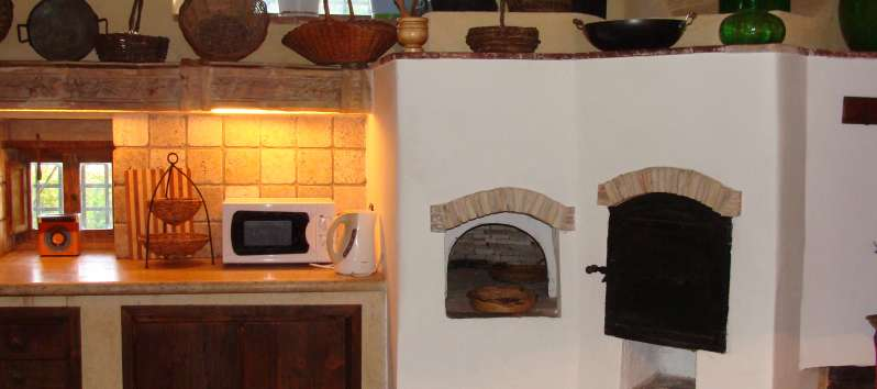 kitchen with wood-burning oven in the villa with swimming pool in Sicily