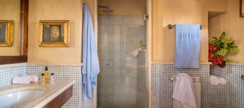 bathroom with shower in the villa with pool in Sicily