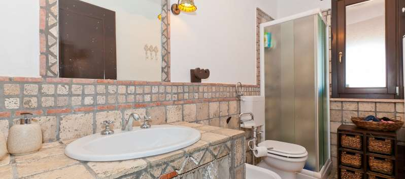 bathroom with shower in the villa with pool of Castellammare del Golfo