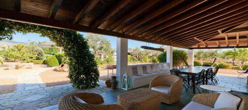 outdoor lounge with armchairs of the villa with pool in Castellammare del Golfo