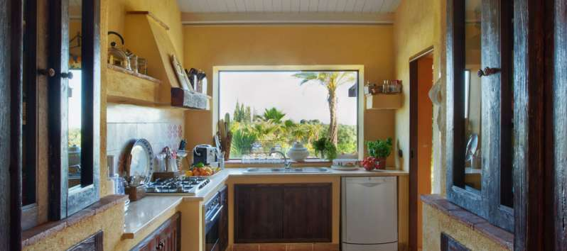 a Selinunte kitchen with a view to the garden
