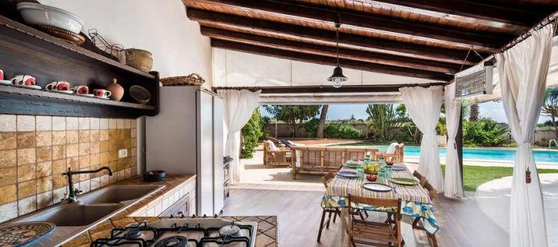 outdoor kitchen of the villa with pool in Palermo