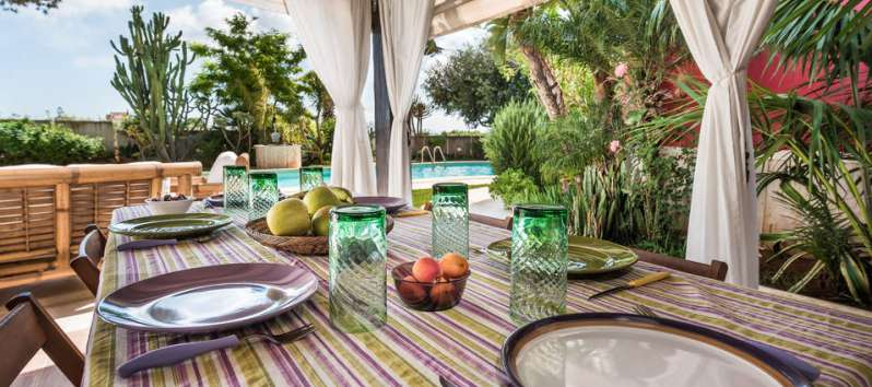 outdoor table in the villa with pool in Palermo