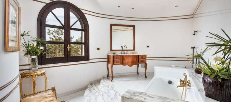 bathroom with tub in the villa with pool in Palermo