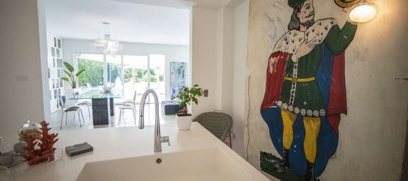 kitchen with sink in the villa with pool in Palermo