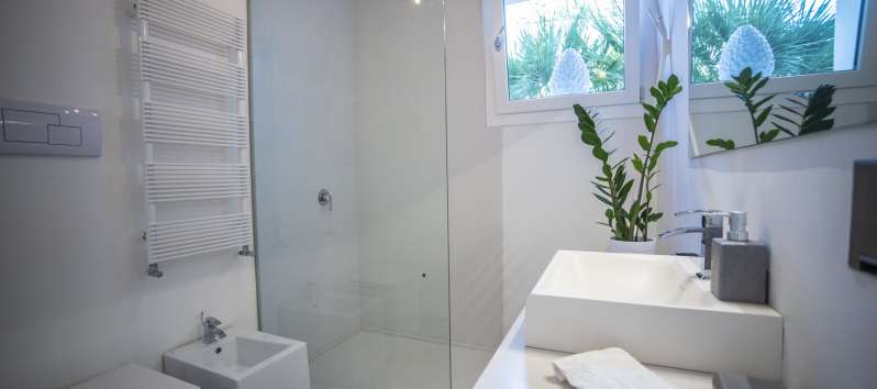 bathroom with glass shower in the villa with pool in Palermo