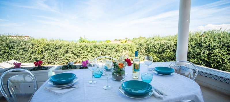 table with panoramic view in the villa with pool in Balestrate