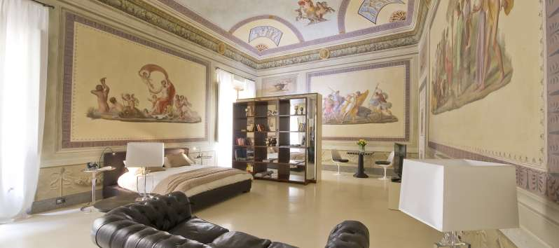 Appartamento Bianca  bedroom with frescoes