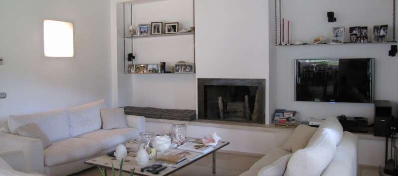 Villa Agapanthus living room with fireplace