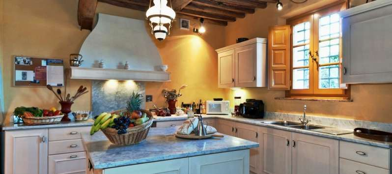 Villa Carlotta wooden island in a Tuscan kitchen