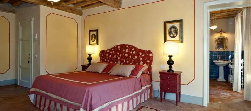 Villa Eracle red double bedroom