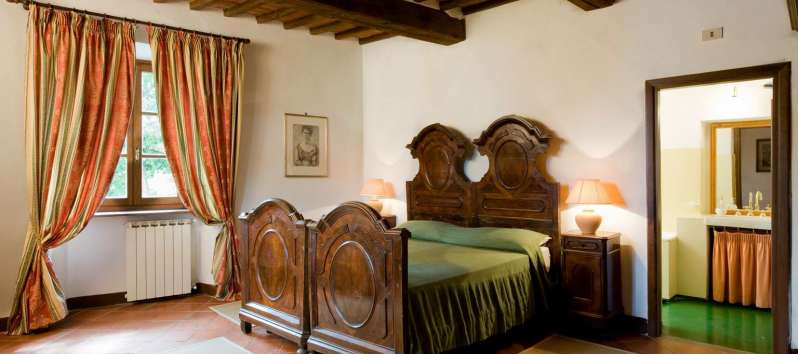 Villa Evan antique bed and night stands