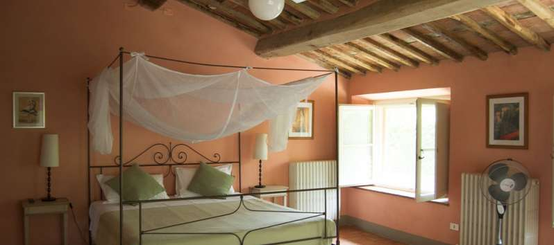 Villa Gelsomino canopy bed and ceiling fan in the double room