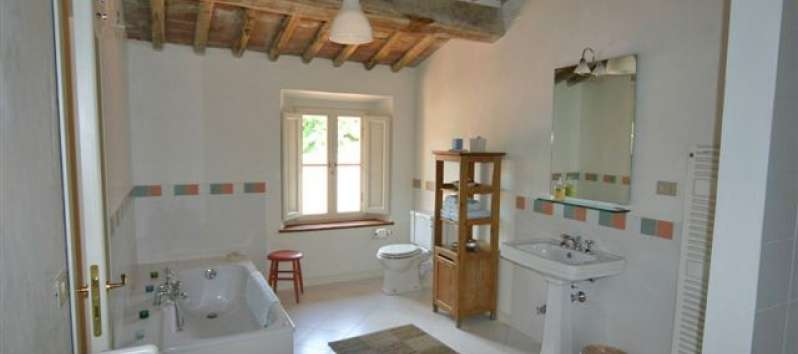 Villa Gelsomino spacious bathroom