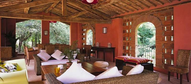 Villa Gelsomino covered terrace with Tuscan colors
