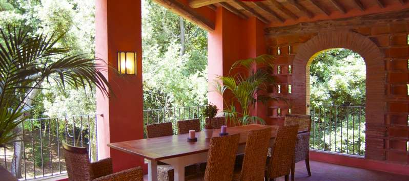 Villa Gelsomino dining room in the covered terrace