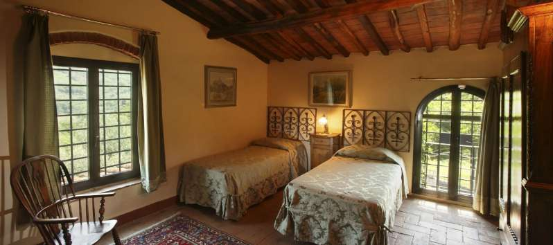 Villa Luna aired twin bed double room with Persian carpet