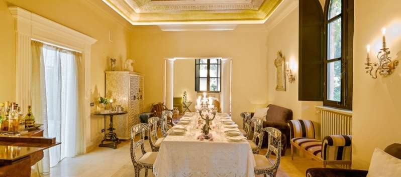 Villa Mist dining room with frescoes