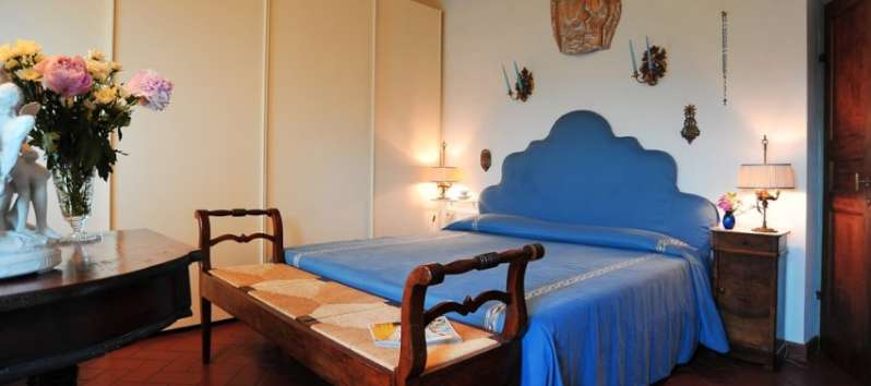 Villa Rustica double room with antique bench