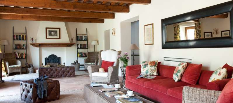 living room with sofa and exposed beams in Perugia
