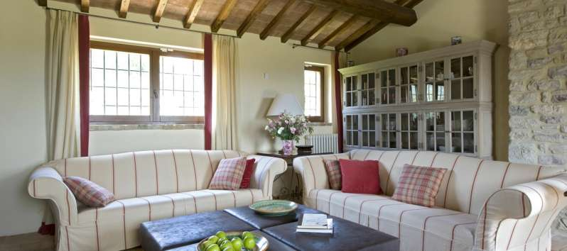 living room with exposed beams in the villa of Perugia