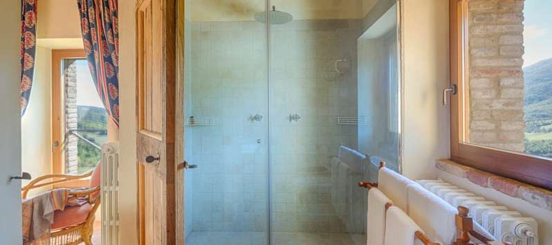 bathroom with shower in the villa in Perugia