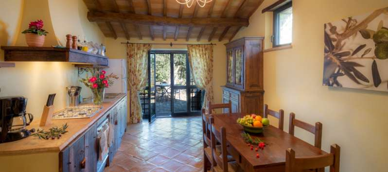 kitchen with table for dining in the villa in Perugia